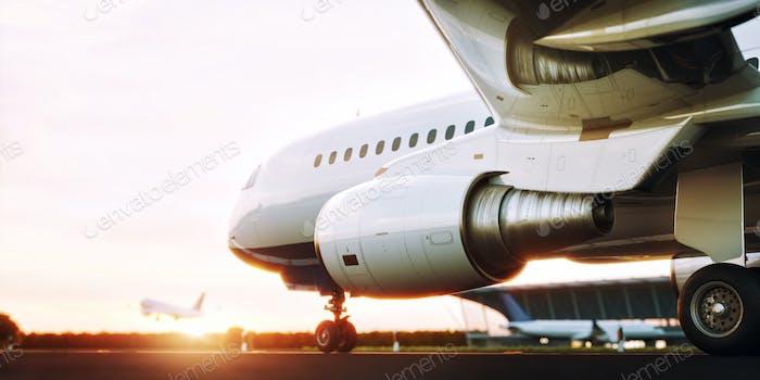 Weißes kommerziell Flugzeug steht auf der Landebahn des Flughafens