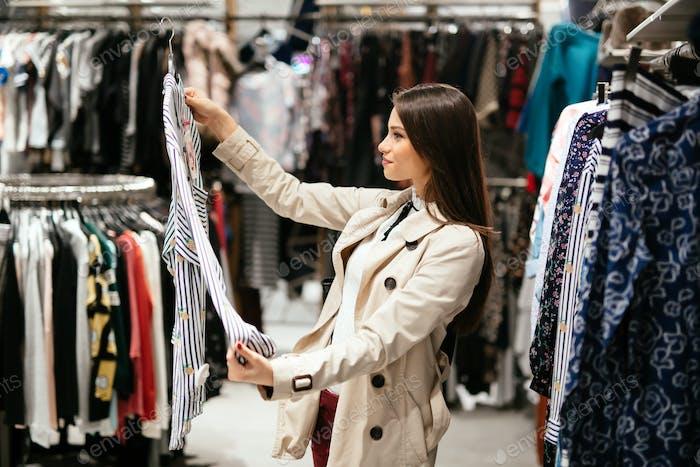 Hermosa Mujer que compra ropa
