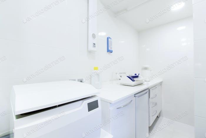 Sanitärraum für professionelle Dentalwerkzeuge Desinfektion