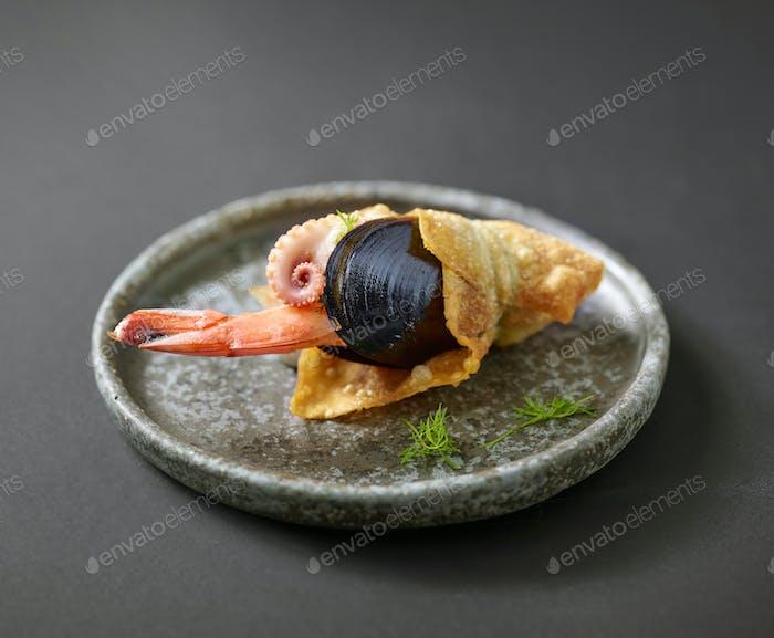 Fischesnack auf grauer Platte