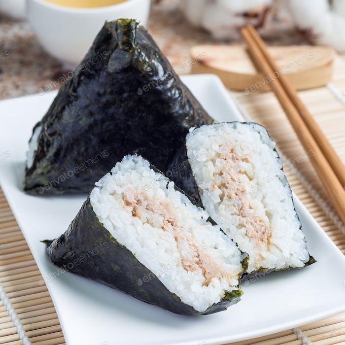 Koreanisches Dreieck Kimbap Samgak oder japanischer Reisball Onigiri, quadratisch