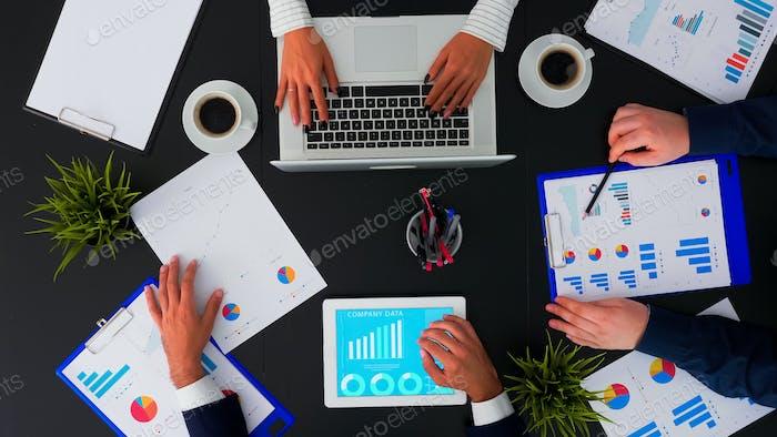 Gerente de empresa explicando informes financieros