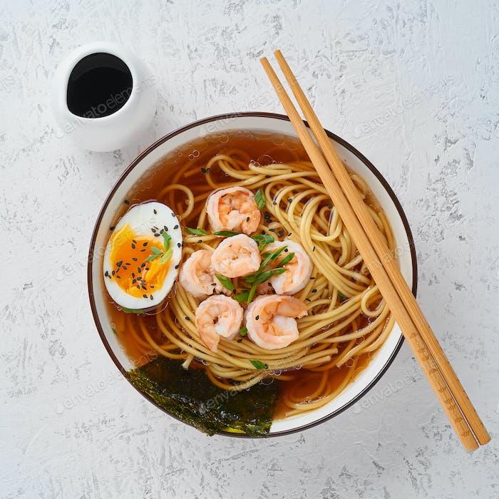 Asiatische Suppe mit Nudeln, Ramen mit Garnelen, Miso-Paste, Sojasauce. White Stone Tisch, Draufsicht