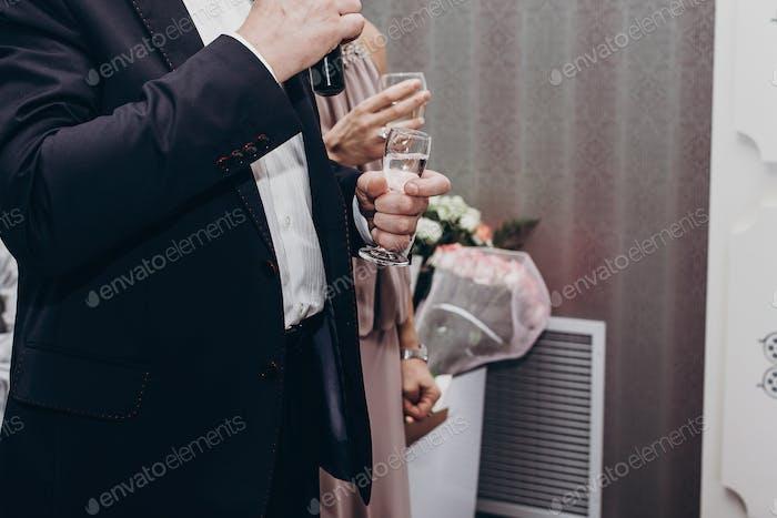 Gast Toasten mit Gläsern Wein