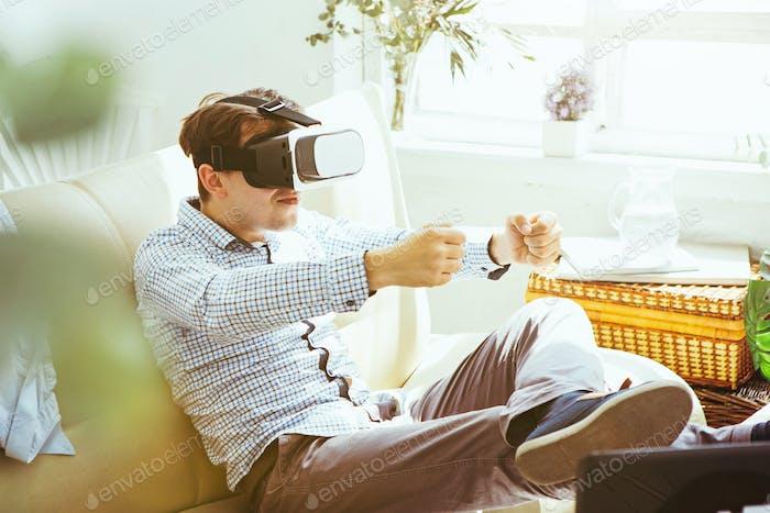 Der Mann mit Brille der virtuellen Realität. Zukunftstechnologie-Konzept.
