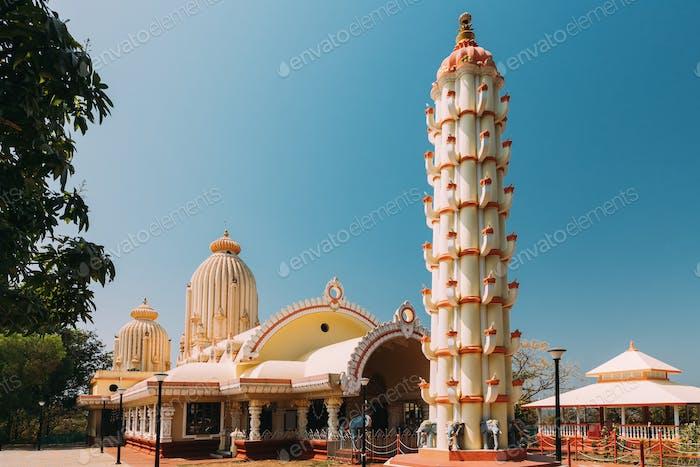 Mapusa, Goa, Indien. Lampenturm Und Tempel Der Shree Ganesh Mandir, Ganeshpuri. Berühmtes Wahrzeichen
