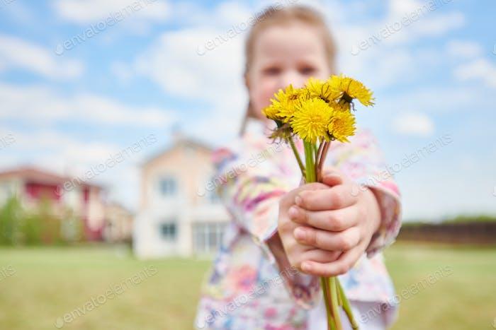 Mädchen mit Blumenstrauß Löwenzahn