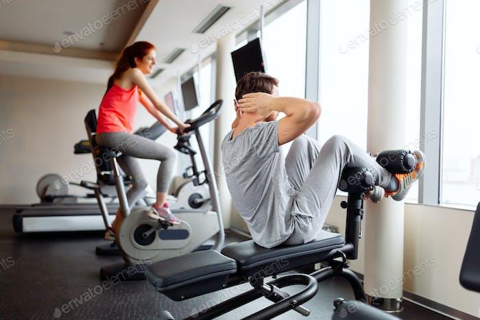 Trainieren von Menschen im Fitnessstudio