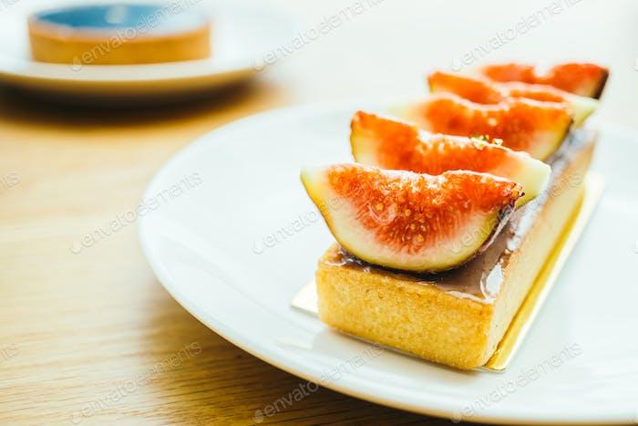 Süßes Dessert mit Torte und Feige oben