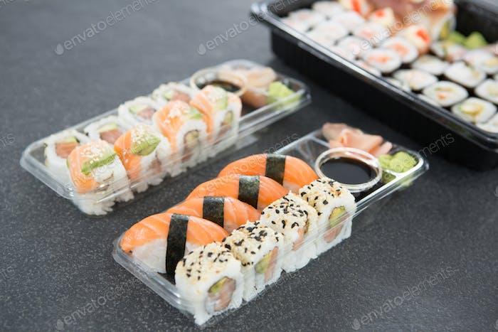 Verschiedene Sushi-Brötchen im Teller
