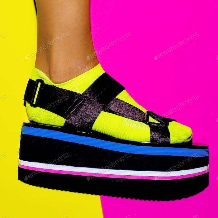 Plattform-Trend. Stilvolle Schuhe für Mädchen