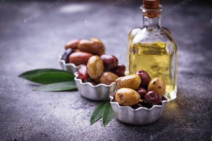 Schalen mit verschiedenen mediterranen Oliven