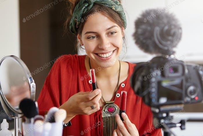 Frau bereitet Videobewertung von Kosmetikprodukten vor, wo sie über ihre Vorteile spricht, um