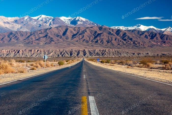 Landschaftlich reizvolle Straße im Norden Argentiniens
