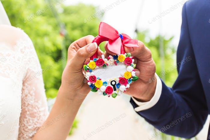 das Schloss in den Händen des Brautpaares
