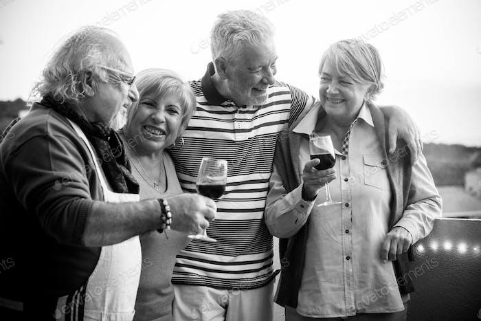 Feier-Event im Freien für eine Gruppe erwachsener Leute. drinking Wein