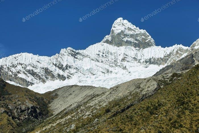Pico Chacraraju (6108m) en Cordiliera Blanca, Perú, Sudamérica