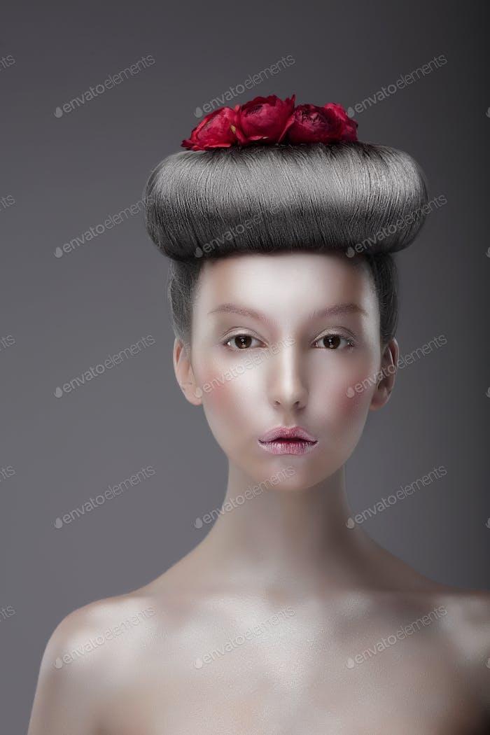 Porträt der asiatischen Frau mit futuristischen Blumenfrisur