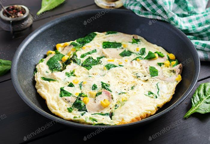 Eiweiß-Omelett mit Hühnerrolle, Spinat und Mais. Frittata. Keto/Paleo Diät