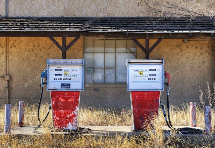 Gaspumpen in einer verlassenen Tankstelle.