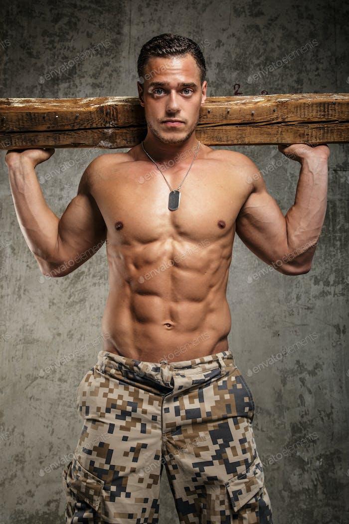Ehrfürchtiger Armee-Mann mit nacktem Torso