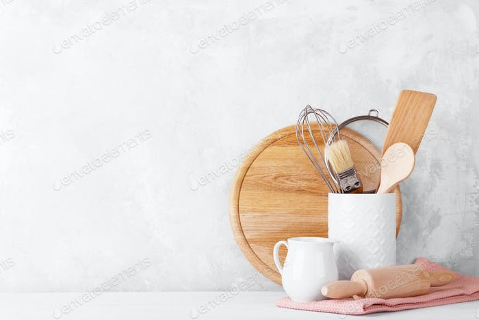 Küchenregal mit weißem modernen Geschirr
