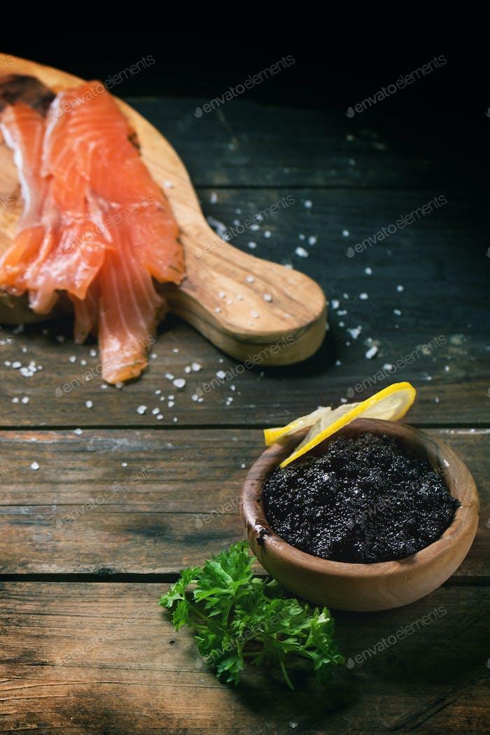 Gesalzener Lachs und schwarzer Kaviar