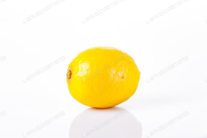 Один спелый лимон на белом фоне