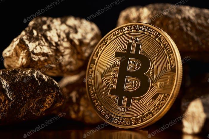 Bitcoin dorado como principal moneda digital en todo el mundo presentado sobre fondo negro con lámparas de oro