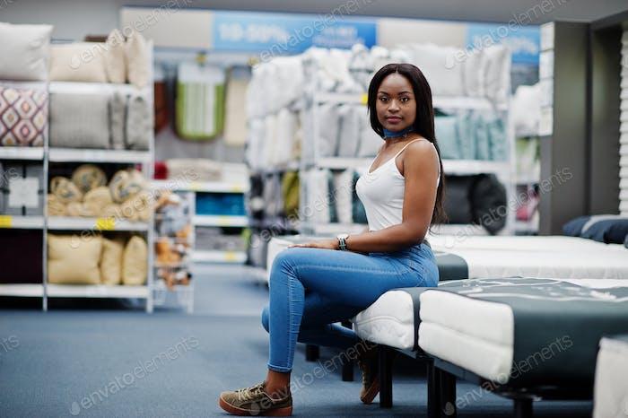 Retrato de una hermosa mujer afroamericana sentada en la tienda.