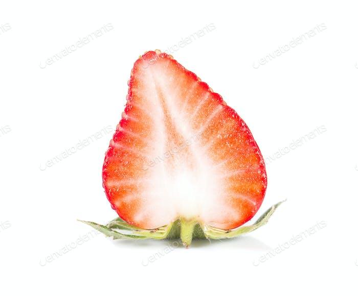 Erdbeere, Erdbeerschnitt Hälfte auf weißem Hintergrund.