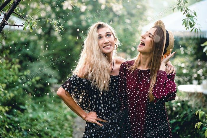 Zwei Mädchen in einem Sommerpark