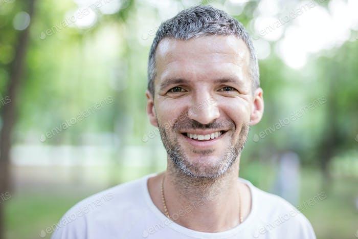 Porträt von glücklichen attraktiven Mann im freien
