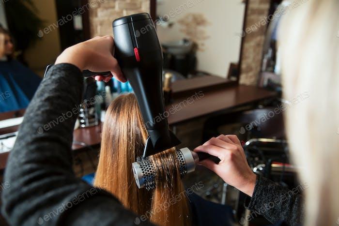 Hacer peinado Uso secador de pelo.