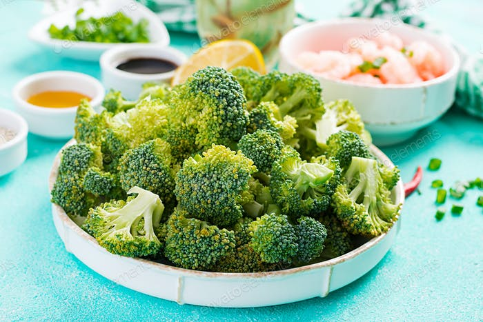 Zutaten zum Kochen rühren Garnelen mit Brokkoli in der Nähe auf einem Tisch braten. Garnelen und Brokkoli.