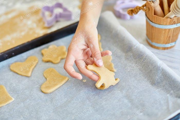 Vater und Tochter machen Kekse durch Schimmel