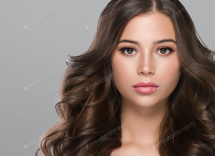 Schöne Brünette lange lockige Haare Frau mit Schönheit Make-up und gesunde Haut weibliche Mode Porträt