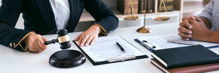 Abogado está explicando al cliente en la oficina acerca de las leyes incorrectas con respecto al fraude.