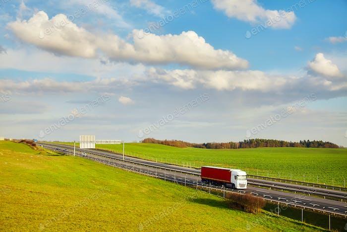 Ländliche Landschaft mit einer Autobahn im Frühjahr.