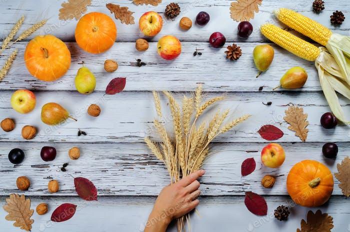 Fondo de madera vegetal y fruta de otoño