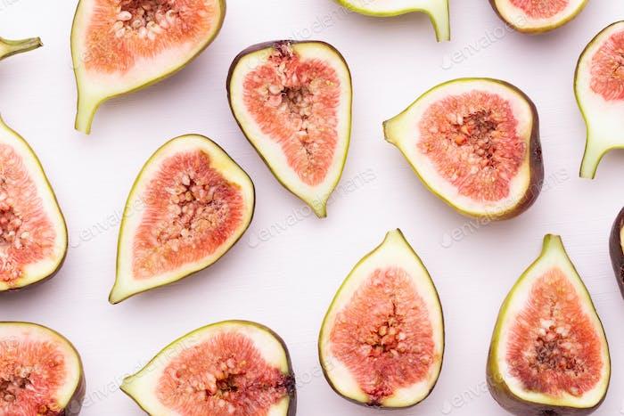Feigenfrüchte isoliert auf weißem Hintergrund. Ansicht von oben. Flaches Laienmuster