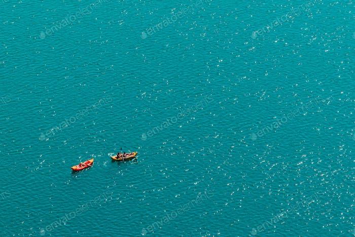 Unerkennbare Menschen genießen Sommernachmittag in Booten auf See
