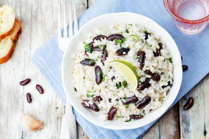 arroz de coco con alubias rojas y cilantro
