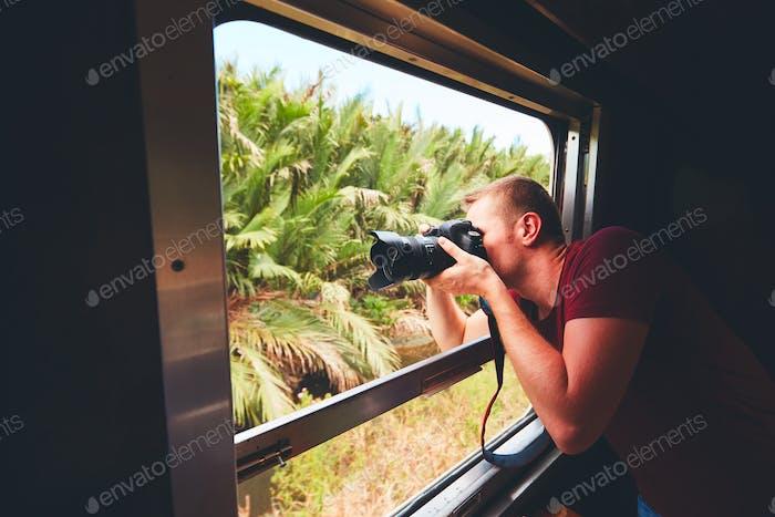 Hombre viajando en Tren histórico