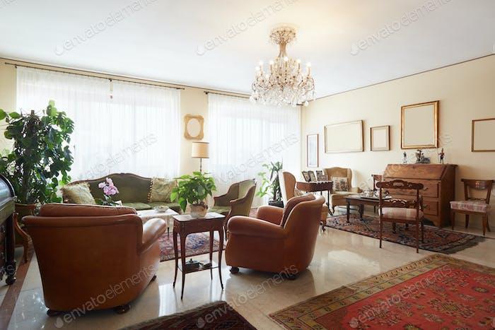 Wohnzimmer, klassisches italienisches Interieur mit Antiquitäten