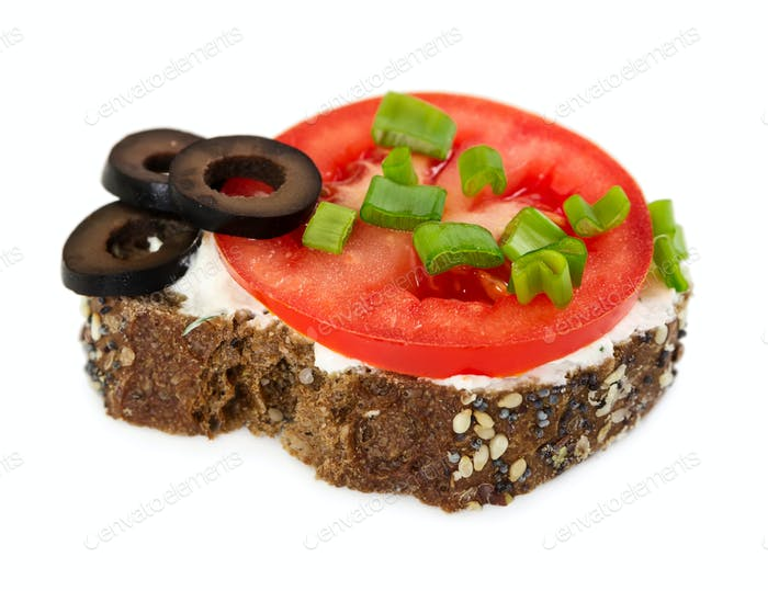 Small sandwich with tomato, olives and onion