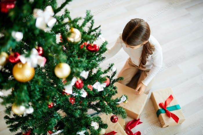 Weihnachtsgeschenk auspacken