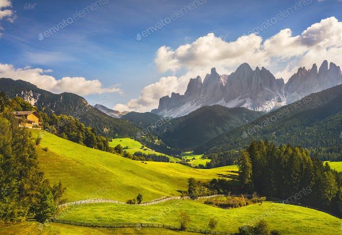 Funes-Tal Luftbild und Geisler Berge, Dolomiten Alpen, Italien.