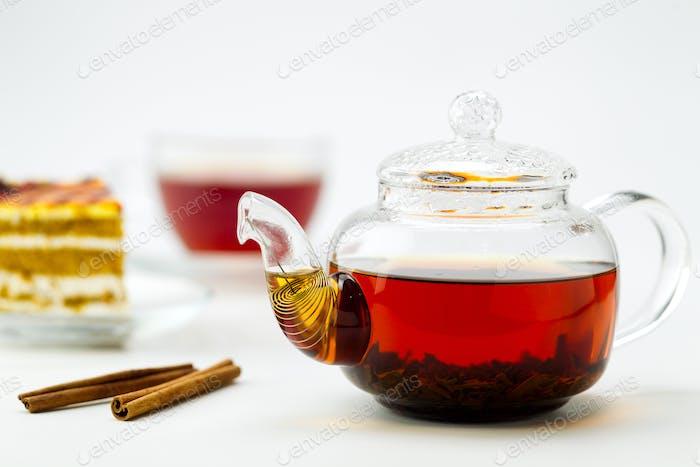 Teekanne, Teetasse und Kuchen auf weißem Hintergrund