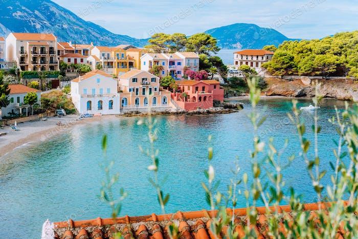 Assos Dorf in Kefalonia, Griechenland. Turquiose Bucht, ruhigen Strand und farbigen traditionellen Häusern. Rot